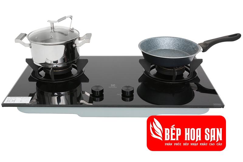 Hình ảnh bếp gas âm Electrolux EHG7230BE có giá đỡ bằng gang dày cùng 2 cùng bếp nấu