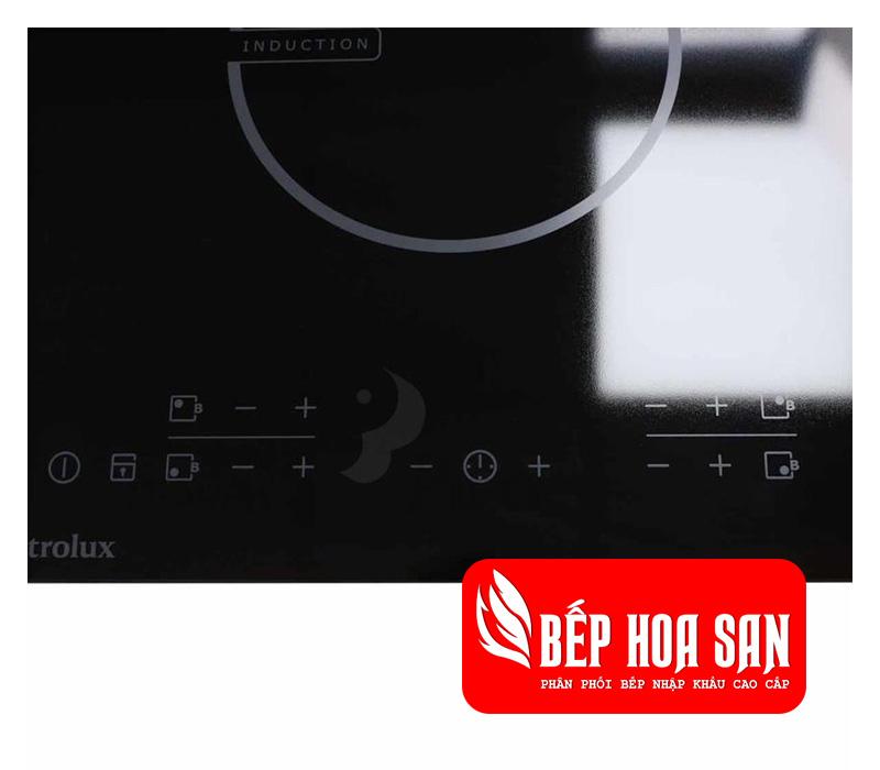Hình ảnh bảng điều khiển của bếp từ Electrolux EHED63CS với các tính năng và mức điều chỉnh nhiệt khác nhau